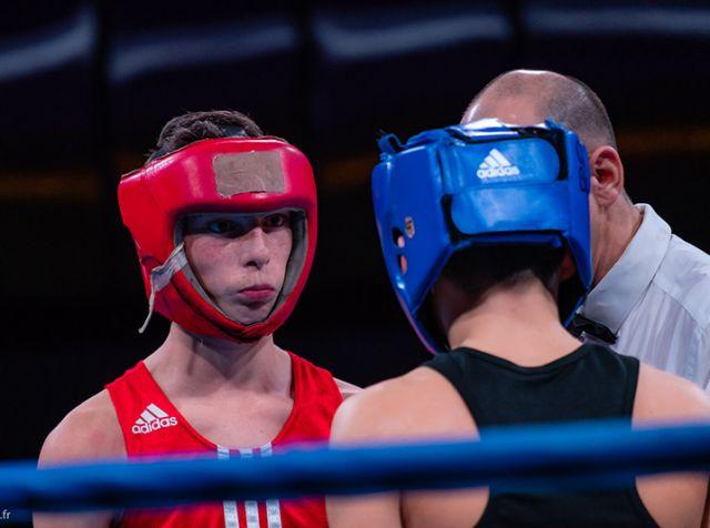 3e round d'un combat de boxe : les boxeurs reviennent sur le ring de boxe pour combattre