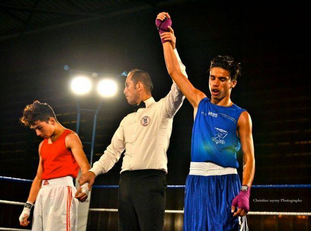 Fin d'un combat de boxe de jeunes boxeurs