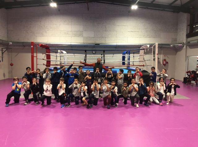 Husnu Erdogan avec les jeunes boxeuses et boxeurs du club les Boxeurs Burgiens