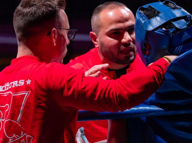 Husnu Erdogan en plein brief avec son boxeur lors d'un combat de boxe, pendant la pause entre deux rounds