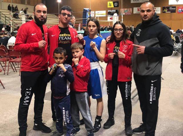 Husnu Erdogan, président du club de boxe des Boxeurs Burgiens, avec des boxeuses et boxeurs en herbe